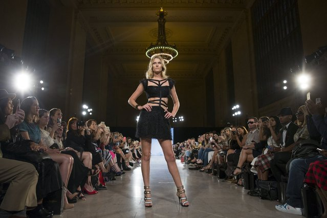 Model Toni Garrn presents a creation from Carmen Steffens during the FTL Moda presentation of the Spring/Summer 2016 collection during New York Fashion Week in Vanderbilt Hall at Grand Central Station, New York, September 13, 2015. (Photo by Andrew Kelly/Reuters)