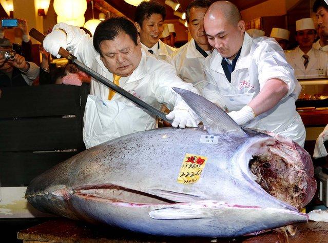 Winning bidder Kiyoshi Kimura, president of Kiyomura Co., cuts the bluefin tuna at his Sushi Zanmai restaurant, January 5, 2013. (Photo by Koji Sasahara/Associated Press)