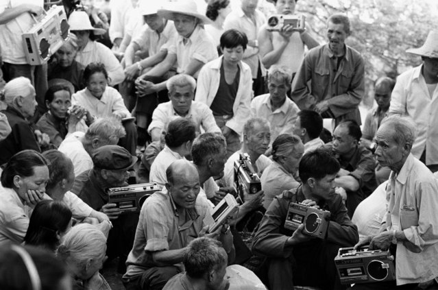 Residents hold tape recorders to record folk songs during a singing contest in Guilin, Guangxi Zhuang autonomous region in 1988. (Photo by Reuters/China Daily)