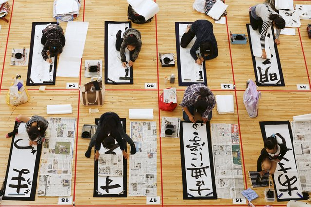 Pupils participate in a calligraphy contest to celebrate the New Year in Tokyo January 5, 2016. (Photo by Thomas Peter/Reuters)