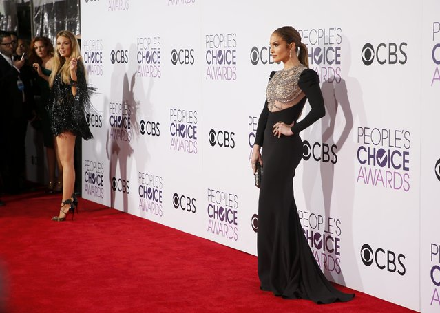 Actresses Blake Lively (L) and Jennifer Lopez pose as they arrive at the People's Choice Awards 2017 in Los Angeles, California, U.S., January 18, 2017. (Photo by Danny Moloshok/Reuters)