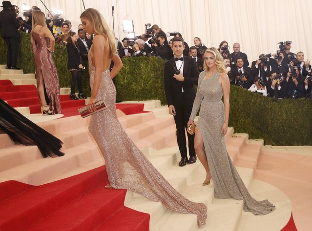 """Model Kate Upton (R) walks up the staircase with other models as she arrives at the Metropolitan Museum of Art Costume Institute Gala (Met Gala) to celebrate the opening of """"Manus x Machina: Fashion in an Age of Technology"""" in the Manhattan borough of New York, May 2, 2016. (Photo by Lucas Jackson/Reuters)"""