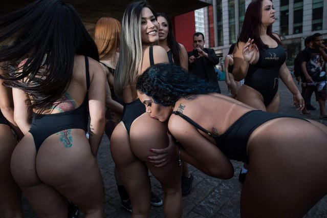 Models take part in the promotion of the Miss Bumbum (buttocks) beauty pageant, along Paulista Avenue in Sao Paulo, Brazil, on August 7, 2017. The annual Bumbum pageant to select the nation' s sexiest female buttocks will be held on November, 6 in Sao Paulo. (Photo by Nelson Almeida/AFP Photo)