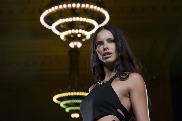 Model Adriana Lima presents a creation from Carmen Steffens during the FTL Moda presentation of the Spring/Summer 2016 collection during New York Fashion Week in Vanderbilt Hall at Grand Central Station, New York, September 13, 2015. (Photo by Andrew Kelly/Reuters)