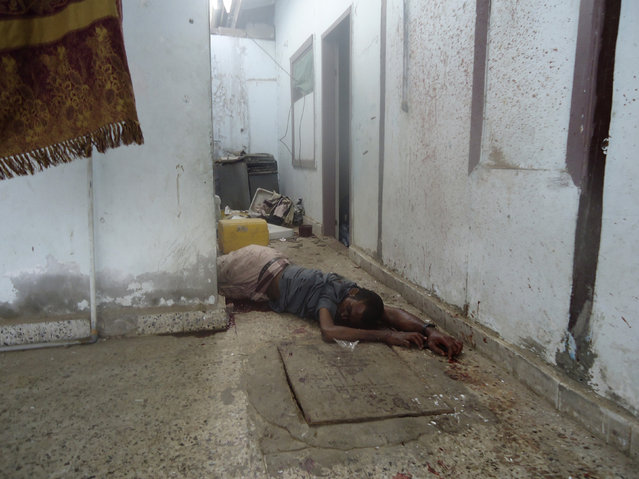 The body of a suspected al Qaeda militant lies in a house raided by security forces in the southern Yemeni port city of Aden October 2, 2012. (Photo by Reuters/Stringer)