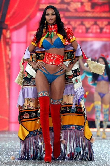 Model Lais Ribeiro presents a creation during the 2016 Victoria's Secret Fashion Show at the Grand Palais in Paris, France, November 30, 2016. (Photo by Charles Platiau/Reuters)