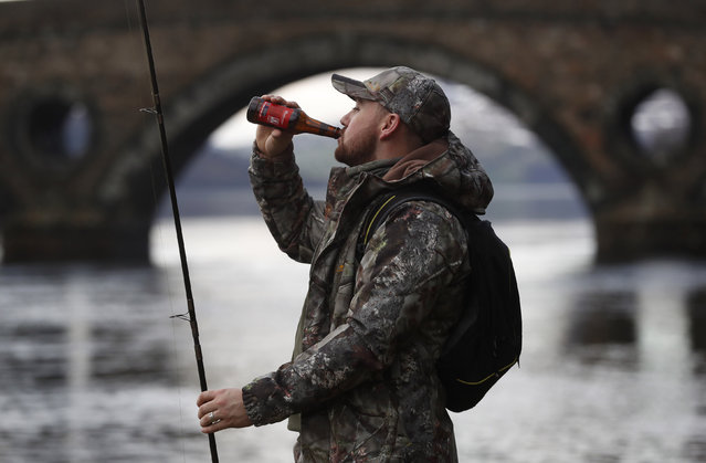 An angler drinks as he fishes on the opening day of the salmon fishing season on the River Tay at Kenmore in Scotland, Britain January 16, 2017. (Photo by Russell Cheyne/Reuters)