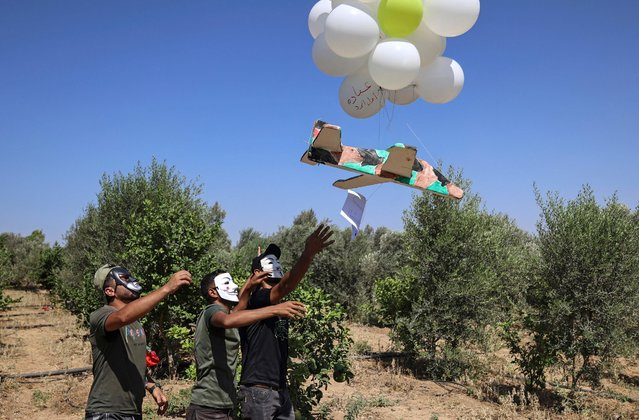 Palestinians release incendiary balloons towards Israel from the northern Gaza Strip on September 4, 2021. (Photo by Mahmud Hams/AFP Photo)