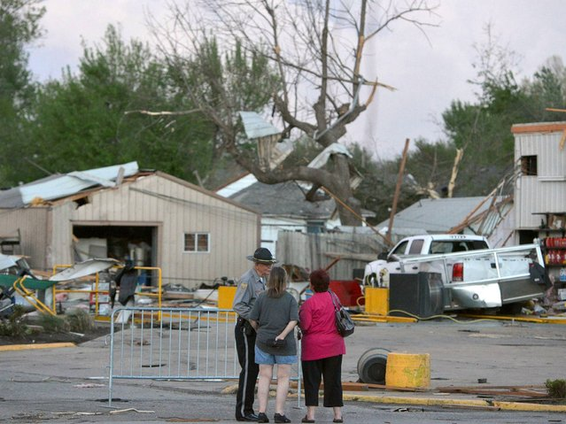 A officer talks to people at 15th and Military following tornado in Baxter Springs. (Photo by Roger Nomer/AP Photo/The Joplin Globe)
