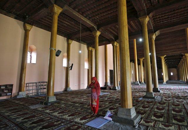 A Kashmiri Muslim woman offers prayers inside Jamia Masjid during the holy month of Ramadan in Srinagar July 6, 2015. (Photo by Danish Ismail/Reuters)