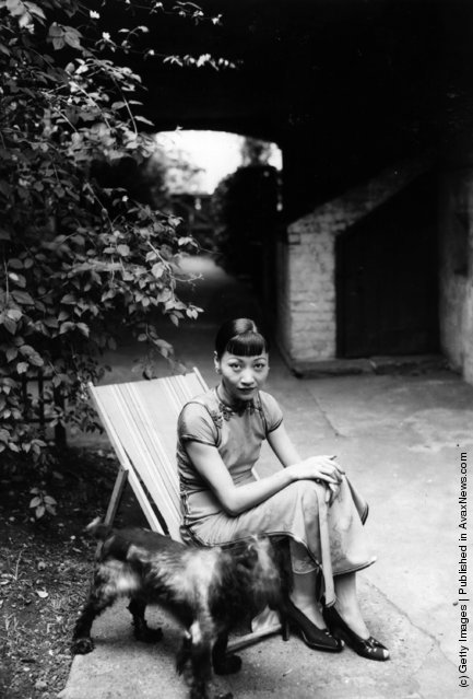 1937: Anna May Wong (1907 - 1961), born Wong Liu Tsong, in the garden with her dog