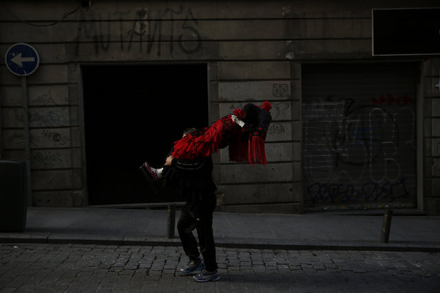 A man carries a mannequin dressed in a flamenco dress in central Madrid, Spain, January 5, 2016. (Photo by Susana Vera/Reuters)