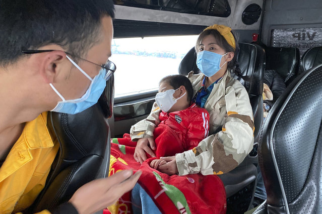 People wear masks on a bus in Quang Ninh province, Vietnam Tuesday, January 28, 2018. China on Tuesday reported 25 more deaths from a new viral disease, as the U.S. government prepared to fly Americans out of the city at the center of the outbreak. (Photo by Hau Dinh/AP Photo)