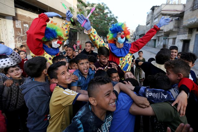 Clowns perform to entertain Palestinian children amid concerns about the spread of the coronavirus disease (COVID-19), in Khan Younis in the southern Gaza Strip on April 19, 2020. (Photo by Ibraheem Abu Mustafa/Reuters)