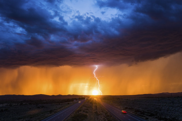 A stunning monsoon sunset coupled with intense lightning creating an amazing scene on August 26, 2017. (Photo by Mike Olbinski/Caters News Agency)