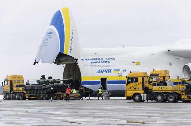 A tank is loaded onto an Antonov An-225 Mriya transport aircraft at the Leos Janacek Airport in Mosnov, near Ostrava January 26, 2015. (Photo by Reuters/Stringer)