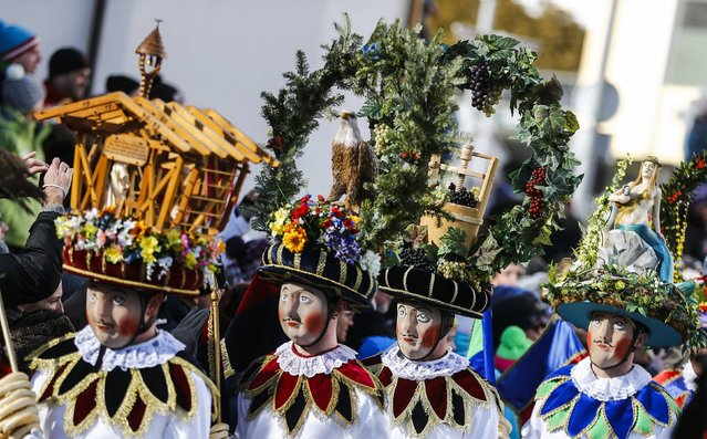 Men wearing traditional masks and costumes take part in the Schleicherlaufen festival in the western Austrian town of Telfs February 1, 2015. (Photo by Dominic Ebenbichler/Reuters)