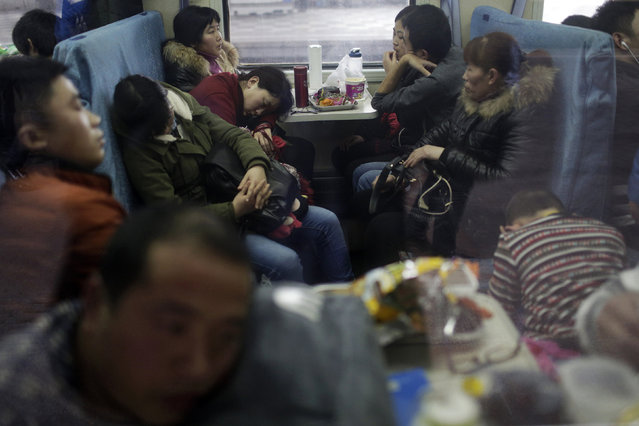 Passengers are seen inside a train travelling from Shanghai to Shijiazhuang at the station in Wuxi, China, January 27, 2016, after the migration for the annual Chinese Lunar New Year and Spring Festival began. (Photo by Aly Song/Reuters)