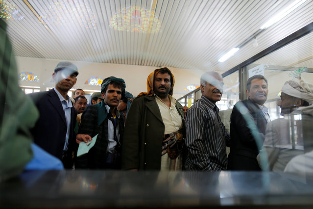 Public sector employees wait to received their salaries at a post office in Sanaa, Yemen January 25, 2017. (Photo by Khaled Abdullah/Reuters)