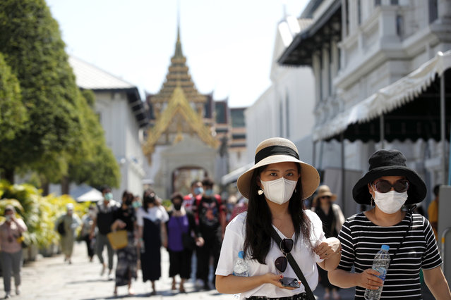 Tourists wear masks as they visit the Grand Palace in Bangkok, Thailand, 27 January 2020. Thai health officials are stepping up monitoring and inspection for the new SARS-like coronavirus after the Public Health Ministry confirmed eight cases in the country. The virus has so far killed at least 80 people and infected around 2,700 others, mostly in China. (Photo by Rungroj Yongrit/EPA/EFE)
