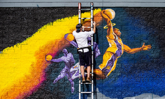 Street artist Kiptoe works on a large mural designed by street artist Levi in tribute to late former Los Angeles Lakers basketball player Kobe Bryant in Los Angeles, California, USA, 30 January 2020. Former US basketball player Kobe Bryant has died in a helicopter crash in Calabasas, California, USA on 26 January 2020. He was 41. (Photo by Étienne Laurent/EPA/EFE)