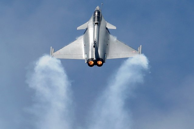 A Dassault Rafale fighter participates in a flying display during the 51st Paris Air Show at Le Bourget airport near Paris, France in this June 16, 2015 file photo. (Photo by Pascal Rossignol/Reuters)