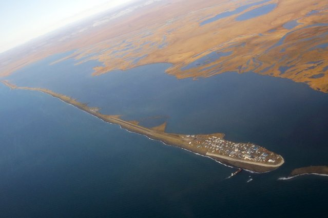 The island village of Kivalina, an Alaska Native community of 400 people the White House chose to highlight as a community at risk from rising sea levels, can be seen from Air Force One as U.S. President Barack Obama flies to Kotzebue, Alaska September 2, 2015. The stop in Kotzebue makes Obama the first sitting U.S. president to visit a community north of the Arctic Circle, a trek the White House hopes will bring into focus how climate change is affecting Americans. (Photo by Jonathan Ernst/Reuters)