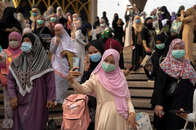 Muslims celebrate Eid al-Fitr, the Muslim festival marking the end of the holy fasting month of Ramadan, at the Thai Islamic Center amid the spread of the coronavirus disease (COVID-19) outbreak in Bangkok, Thailand, May 24, 2020. (Photo by Athit Perawongmetha/Reuters)