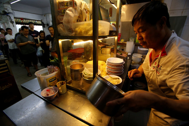A stall helper cooks as people queue for Michelin-starred bak chor mee (mince pork noodles) at Hill Street Tai Hwa Pork Noodles stall in Singapore July 22, 2016. (Photo by Edgar Su/Reuters)
