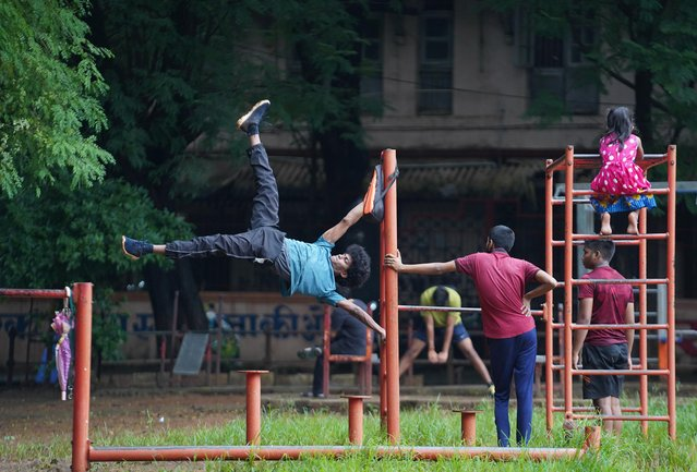 People exercise in a park, amidst the spread of the coronavirus disease (COVID-19) in Mumbai, India, August 20, 2020. (Photo by Hemanshi Kamani/Reuters)