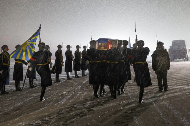 Russian honor guard carry the coffin with the body of Russian Lt. Col. Oleg Peshkov, after being transported from Turkey, at a mourning ceremony in Chkalovsky military airport outside Moscow, Monday, November 30, 2015. Peshkov, a pilot of a Russian Su-24 bomber was killed after the warplane was downed by a Turkish fighter jet. (Photo by Vadim Savitsky/Russian Defense Ministry Press Service pool photo via AP Photo)