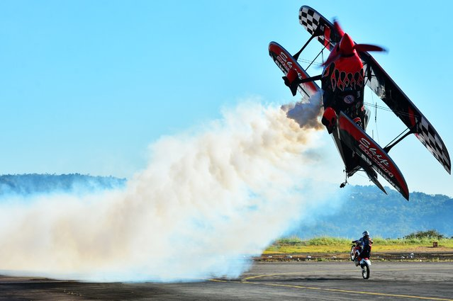 Pilot Skip Stewart of US performs a stunt during the Ilopango Air Show on air base in San Salvador on January 31, 2015. (Photo by Marvin Recinos/AFP Photo)