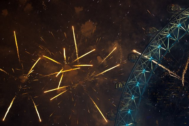 Fireworks light up the London Eye just after midnight on January 01, 2016 in London, England. (Photo by Carl Court/Getty Images)