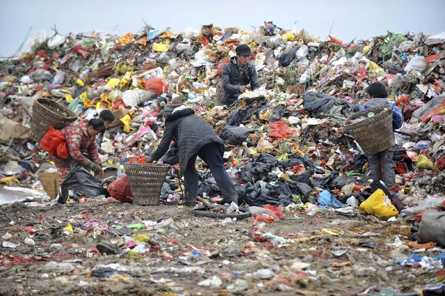 Cleaners and their children sort garbage at a dump site in Guiyang, Guizhou province, February 21, 2015. (Photo by Reuters/Stringer)
