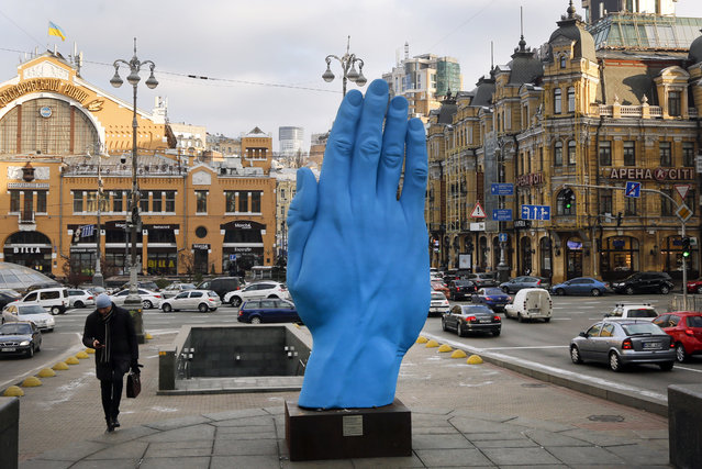 "A man passes at the displayed art installation ""Middle way"" by Romanian artist Bogdan Rata in Kiev, Ukraine, Tuesday, November 20, 2018. The monument set on the central Kiev street of Khreshchatyk, at the place of Vladimir Lenin monument which was destroyed in 2013 during the Maidan events. (Photo by Efrem Lukatsky/AP Photo)"