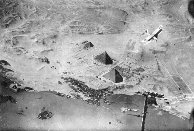 A German airplane over the Pyramids of Giza in Egypt. (Photo by Der Weltkrieg im Bild/Upper Austrian Federal State Library via The Atlantic)