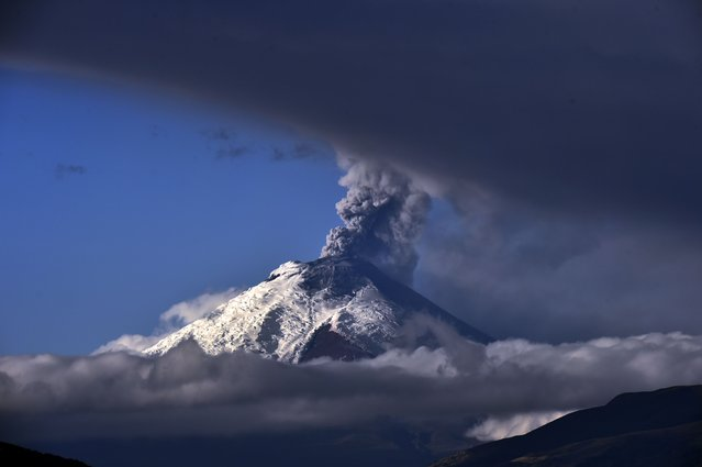 """Cotopaxi volcano spewing ash on September 3, 2015. The volcanic activity, which began August 14 after 138 years of silence, continued with """"steam emissions and a moderate load of ash"""" the country's Security Ministry said. (Photo by Rodrigo Buendia/AFP Photo)"""