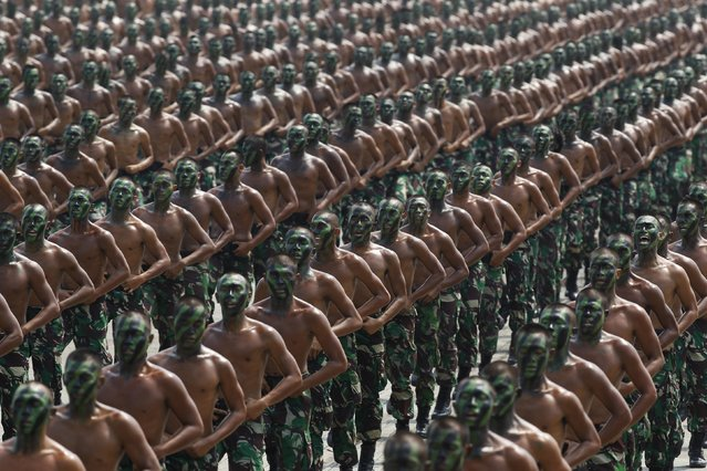 Indonesian army soldiers shout slogans as they run during a rehearsal for a ceremony marking the 70th anniversary of Indonesia's military in Cilegon, Banten province, October 3, 2015. (Photo by Reuters/Beawiharta)