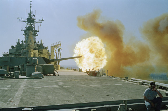 A fireball erupts from a 16-inch gun on the battleship USS Wisconsin during a live fire exercise in the Persian Gulf, October 13, 1990. The ship is in the Gulf as part of Operation Desert Shield. (Photo by John Gaps III/AP Photo)