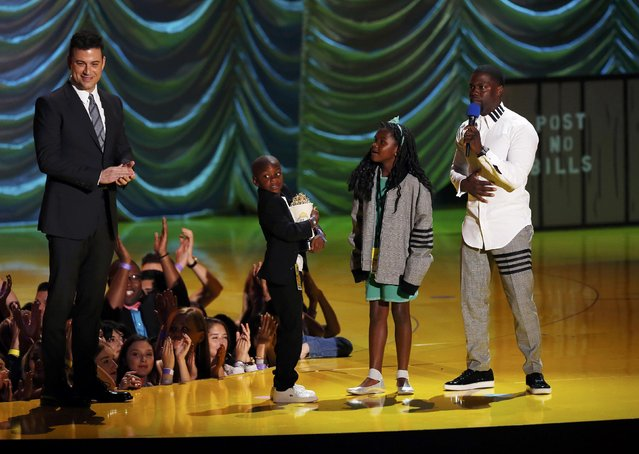Actor Kevin Hart accepts the Comedic Genius Award with his children, from televison host Jimmy Kimmel, on stage during the 2015 MTV Movie Awards in Los Angeles, California April 12, 2015. (Photo by Mario Anzuoni/Reuters)