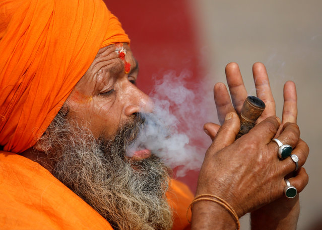 A Hindu holy man, or sadhu, smokes marijuana in a chillum at the premises of Pashupatinath Temple, ahead of the Shivaratri festival in Kathmandu, Nepal February 15, 2017. (Photo by Navesh Chitrakar/Reuters)