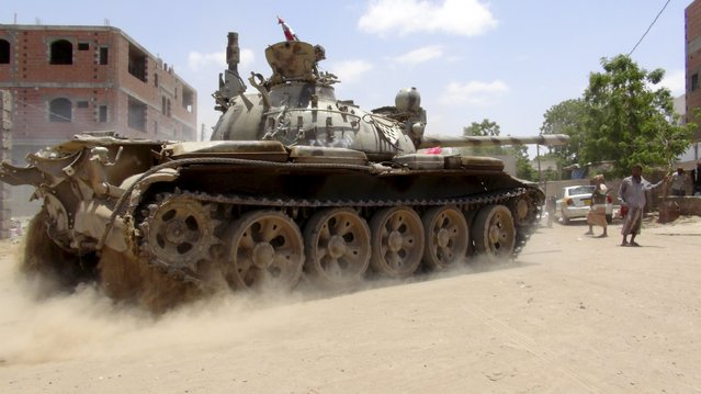 Anti-Houthi fighters of the Southern Popular Resistance use a tank in Yemen's southern port city of Aden May 16, 2015. (Photo by Reuters/Stringer)