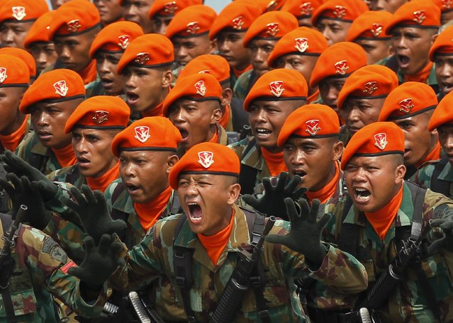 Indonesian Air Force soldiers from the Paskhas corps shout slogans during a rehearsal for a ceremony marking the 70th anniversary of Indonesia's military in Cilegon, Banten province, October 3, 2015. (Photo by Reuters/Beawiharta)