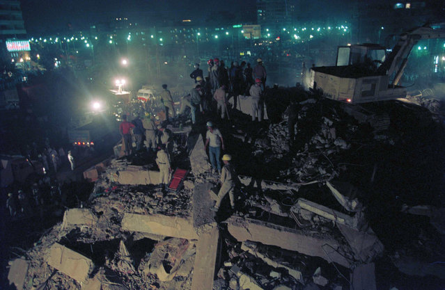 A rescue team works through the night at a collapsed building in the Cairo neighborhood of Heliopolis following the strong earthquake, October 13, 1992. Officials blamed many of the over 400 deaths and over 3,000 reported injuries in yesterday's quake on old, weak buildings and poorly constructed new ones, as well as panic stampedes. (Photo by Jerome Delay/AP Photo)