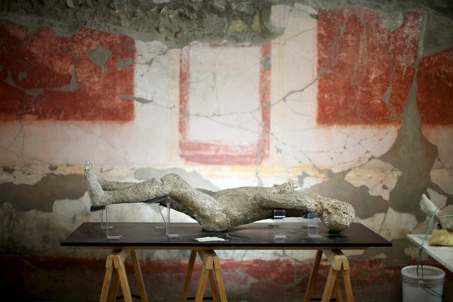 A plaster cast of a Pompeii victim lies in a frescoed room in the ancient Roman city, Pompeii, October 13, 2015. (Photo by Alessandro Bianchi/Reuters)
