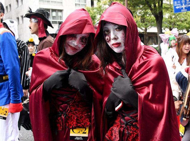 Wearing costumes, participants join the Kawasaki Halloween parade in Kawasaki on October 30, 2016. (Photo by Toshifumi Kitamura/AFP Photo)