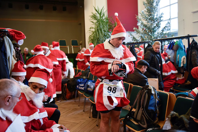 Competitors dressed up as Father Christmas prepare for Santa Claus run in Michendorf near Berlin, Germany, December 4, 2016. (Photo by Stefanie Loos/Reuters)