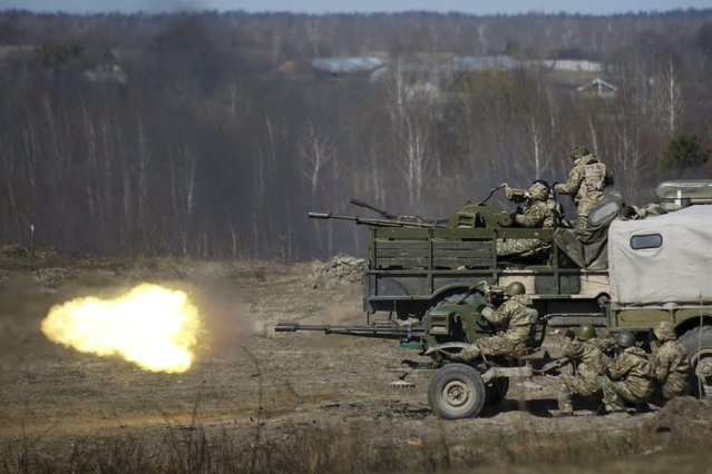Newly mobilized Ukrainian paratroopers fire a machine gun during a military drill near Zhytomyr April 9, 2015. (Photo by Valentyn Ogirenko/Reuters)