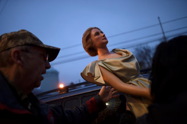 A wax figure of First Lady Lou Hoover is loaded into a car after it was  purchased from an auction of the Hall of Presidents Museum, which closed in November, in Gettysburg, Pennsylvania, U.S. January 14, 2017. (Photo by Mark Makela/Reuters)
