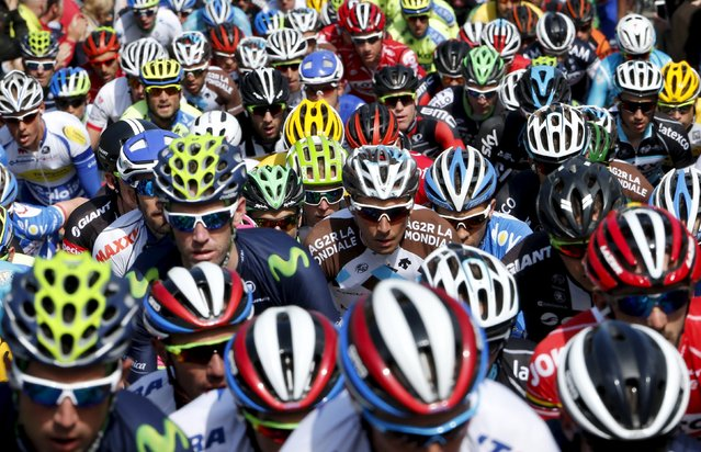 "A pack of riders climbs the ""Wall of Huy"" during the Fleche Wallonne Classic cycling race in Huy, Belgium April 22, 2015. (Photo by Francois Lenoir/Reuters)"